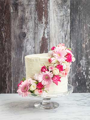 Wedding cake with pink roses as - DIY elements for your wedding