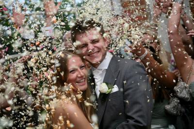 shropshirepetals-wedding-couple-confetti-shot_0.png