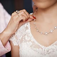 wearing old jewellery is a way to honour your mum at your wedding