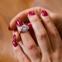How to choose an engagement ring – follow five easy steps